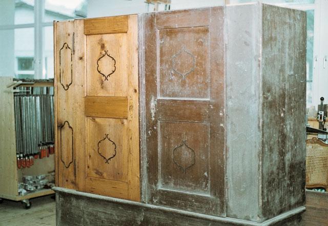 Schaukelpferd Holz Restaurieren ~ Schrankhälfte vor und nach der Reinigung